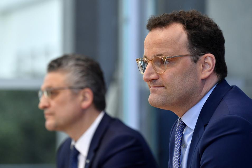 Bundesgesundheitsminister Jens Spahn (r, CDU) während einer Pressekonferenz mit Lothar Wieler (l), Präsident des Robert-Koch-Instituts.