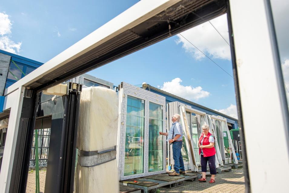 Ladenhüter zu Spenden: Familie Geisler aus Nossen informiert sich auf dem Fensterflohmarkt der Meißner Fenstertechnik im Gewerbepark Heynitz-Lehden über die Angebote. Das Schmale Haus in Meißen profitiert.