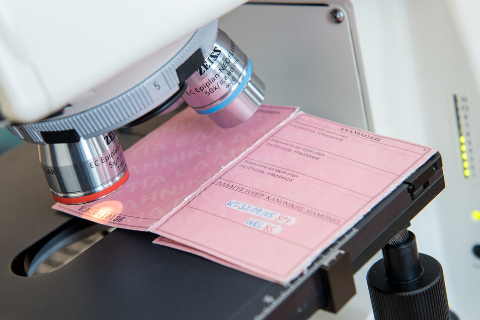 Ein gefälschter Pass wird untersucht (Symbolfoto)