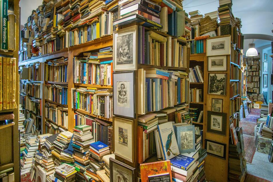 Bücher über Bücher - die Regale reichen längst nicht mehr in Arnd Kellers Antiquariat. Bis Jahresende muss er alles ausräumen, denn der Laden wurde ihm gekündigt.