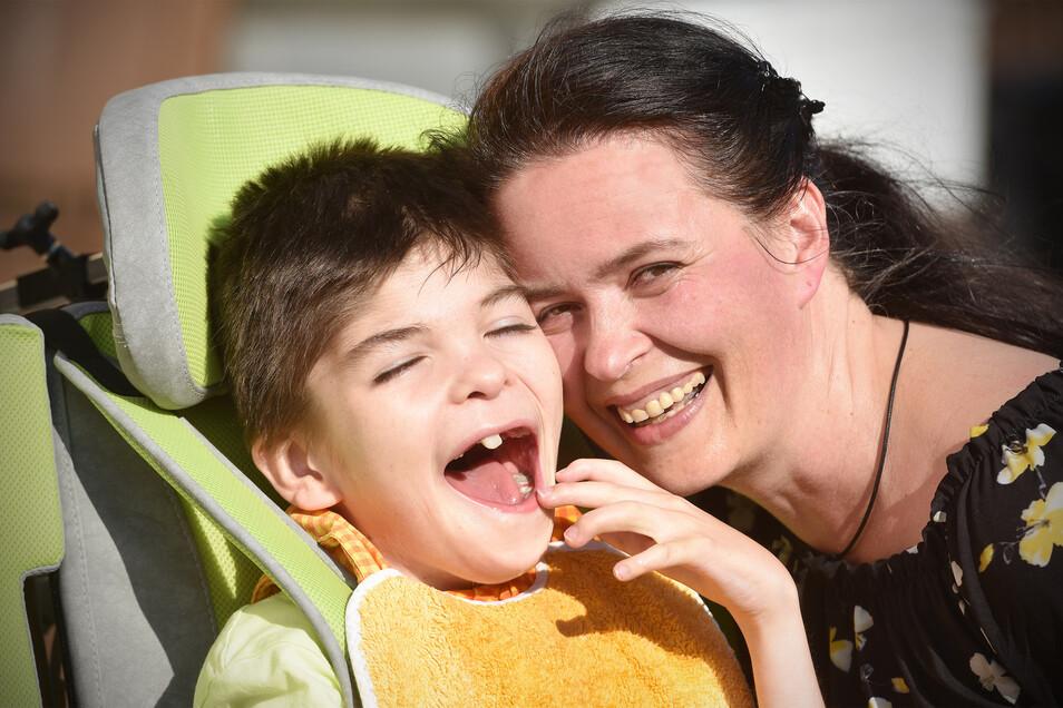 Konstanze Schaaf und ihr Sohn Max. Der 16-Jährige ist schwerstbehindert.