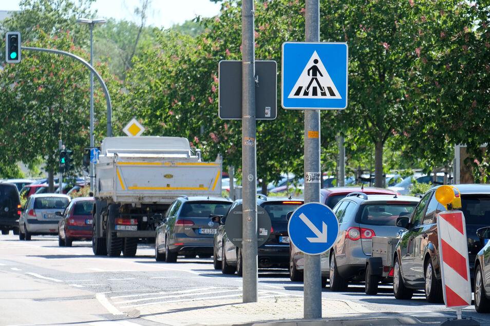 Alles steht - trotz grüner Ampel. Bis über die Großenhainer Straße und darüber hinaus reicht der Rückstau, der sich bei starkem Verkehrsaufkommen von der Kreuzung am Beyerleinplatz her bildet.