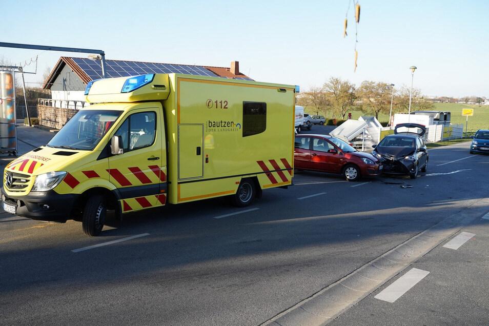 Bei dem Unfall wurde eine Frau verletzt und musste in ein Krankenhaus gebracht werden.