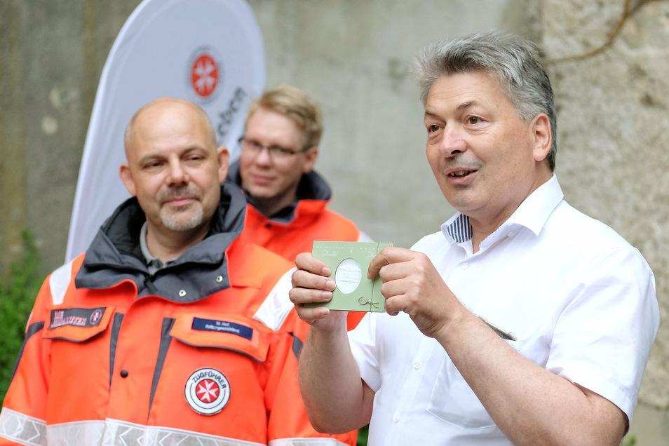 Der Meißner Landrat Arndt Steinbach übergibt dem Sanitätsdienst der Johanniter die Medaille des Landkreises als Anerkennung. Sein Job wird ab Ende August frei. Bisher gibt es drei nominierte Bewerber und zwei namentlich bekannte.
