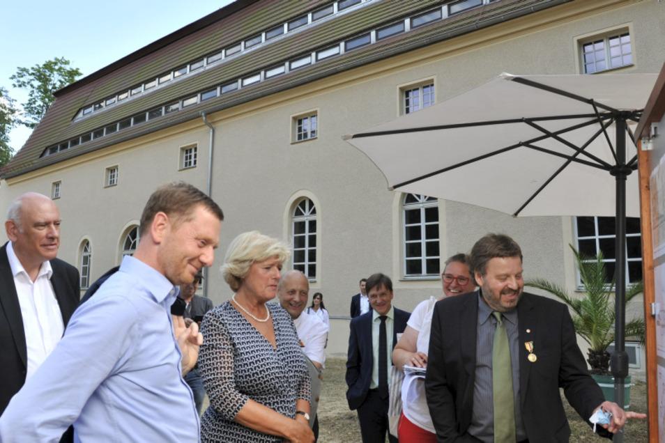 Stiftungschef Cord Panning (li., kl. Foto) erklärte beim Rundgang, wofür die Kavaliershaus-Millionen sind.
