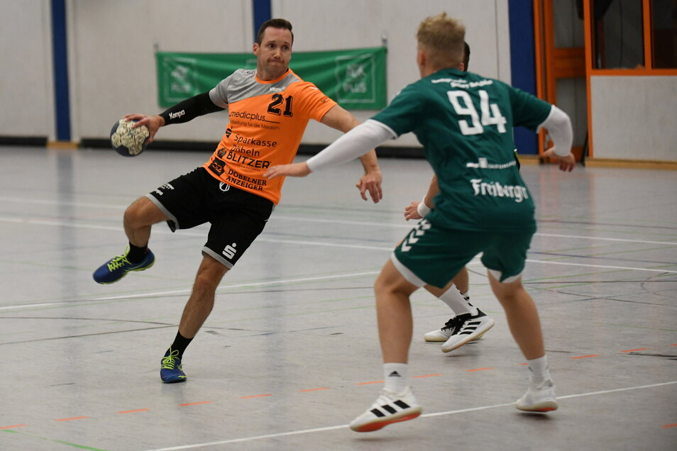 Steve Krasselt (am Ball) erzielte für den VfL Waldheim im Spiel gegen die HSG Freiberg II neun Tore.