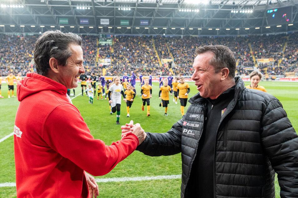 Das dürfte für längere Zeit der letzte Handschlag zweier Trainer vor einem Spiel gewesen sein: Am 08. März begrüßten sich Dynamos Markus Kauczinski und Aues Dirk Schuster (l.) vor dem Sachsenderby in Dresden. Die Schwarz-Gelben gewannen mit 2:1 - doch dan