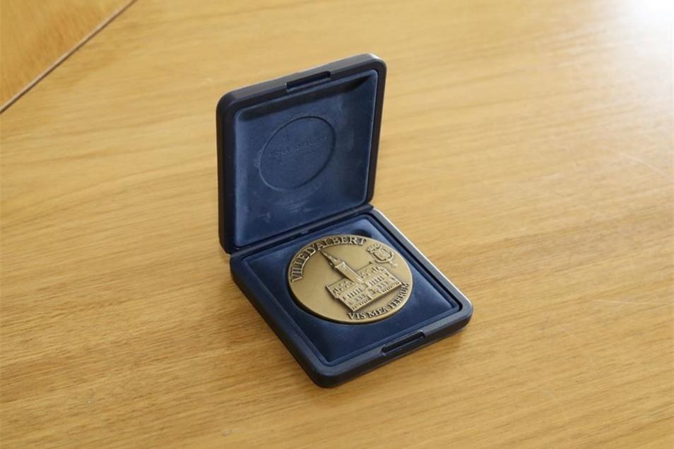 Wappen oder Medaillen, wie dieses Exemplar aus Albert, gehören zu den gängigsten Gastgeschenken.