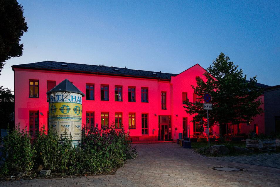 Das soziokulturelle Zentrum Steinhaus in Bautzen mal in anderem Licht: Die Fassade erstrahlte am Montagabend rot.