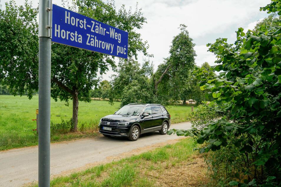 In deutscher und sorbischer Sprache ist der Horst-Zähr-Weg benannt. Er führt zwischen Niedergurig und Doberschütz an vier Teichen entlang.
