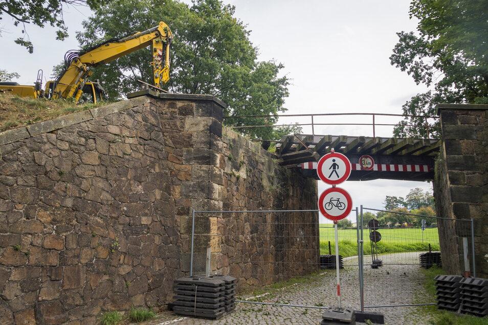 Seit Mittwoch ist eine Spezialfirma an der Nickritzer Bahnbrücke zugange.