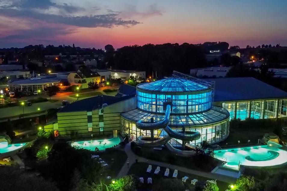 Diese Luftaufnahme zeigt das Wellenspiel Meißen bei Nacht. Die Mitarbeiter bereiten sich derzeit erst einmal auf das Schulschwimmen vor, damit das losgehen kann, sobald die Grundschulen öffnen, teilte das Unternehmen mit.