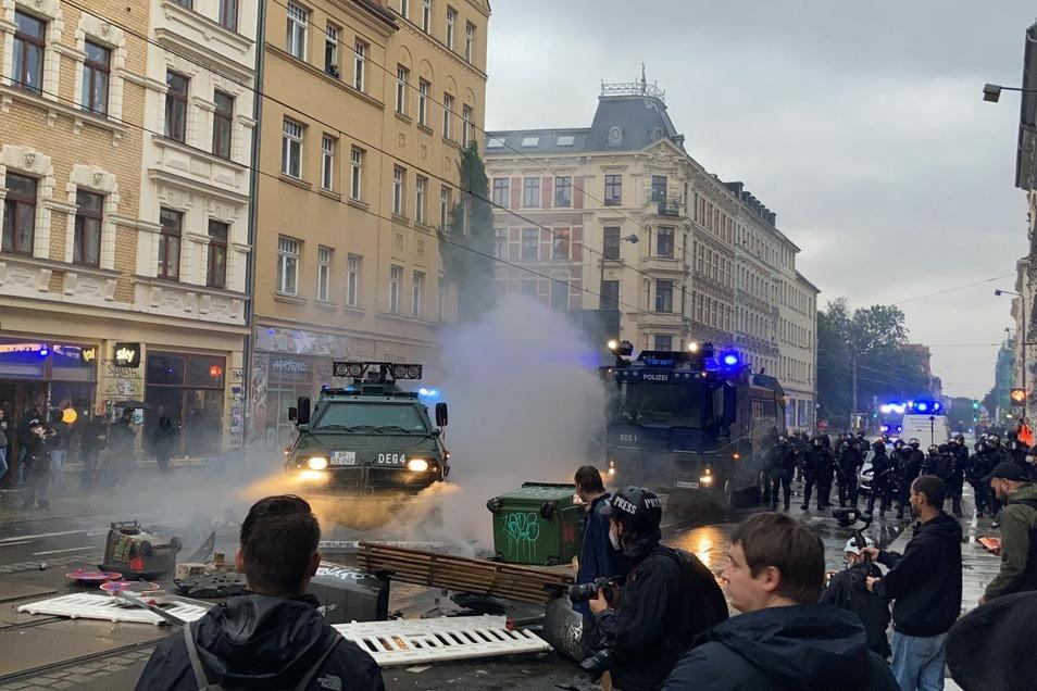 Die Polizei fuhr Wasserwerfer und einen Räumpanzer am Connewitzer Kreuz auf. Vereinzelt flogen Steine auf die Polizeiwagen.