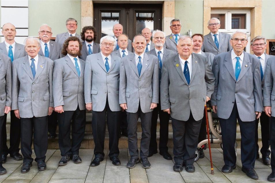 Jeden Montag treffen sich die Herren vom Chor zur gemeinsamen Probe im Goldenen Anker in Kötzschenbroda. Wer mitsingen möchte, ist jederzeit willkommen, sagen sie. Denn die Tradition des Männerchores soll noch möglichst lange weitergetragen werden.