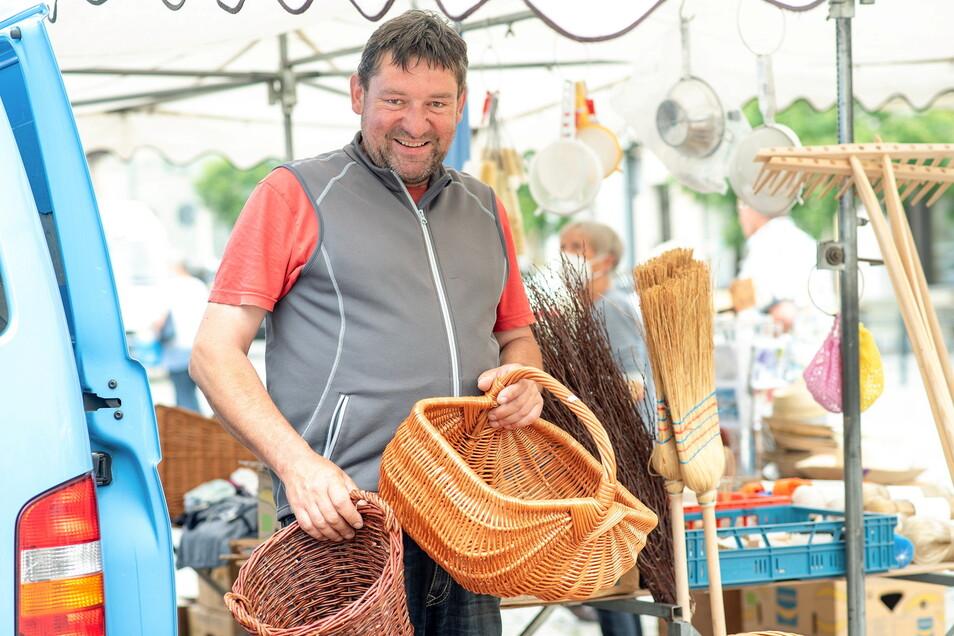 Holger Kreße aus Lampertswalde betreibt das Korbmacher-Handwerk in dritter Generation. Seine Familie kommt seit 1926 nach Kamenz auf den Markt. Für ihn sind die drastischen Änderungen der Standgebühren ein falsches Zeichen. Gerade im Corona-Jahr.