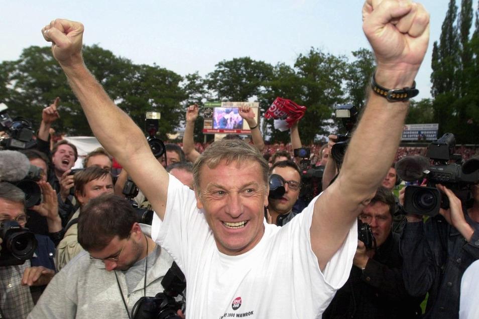 Was für ein Triumph! Im Mai 2000 feiert Cottbus mit Trainer Eduard Geyer den Aufstieg in die Bundesliga. 1994 hatte der Dresdner die Lausitzer übernommen und nach ganz oben geführt. Erst nach drei Jahren steigt der Außenseiter wieder ab, Geyer wurde im He