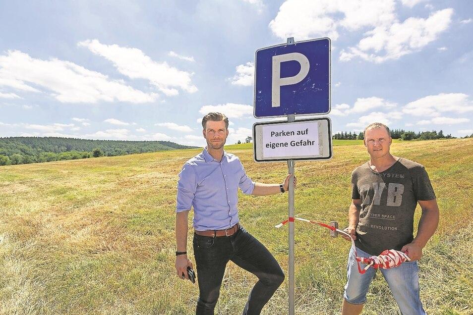 Hier ist alles noch frei: Daniel Wirth (l.) und Lars Tschirner, technischer Leiter Bäder, stehen an der Wiese, wo jetzt ein zusätzlicher Parkplatz eingerichtet wurde.
