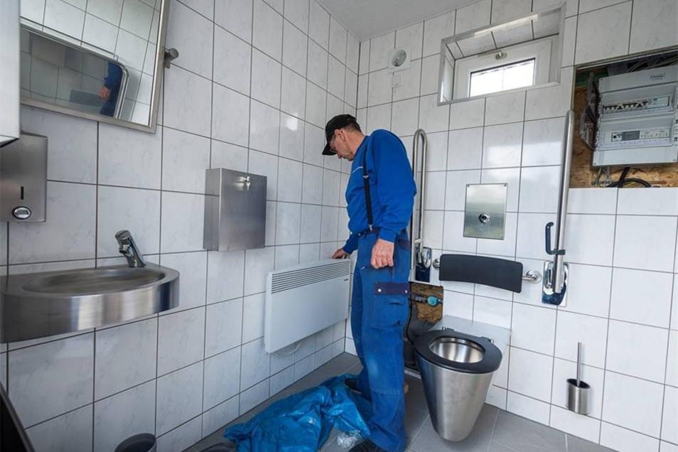 Im Innern werden die Sanitäranlagen sowie die Haustechnik installiert.