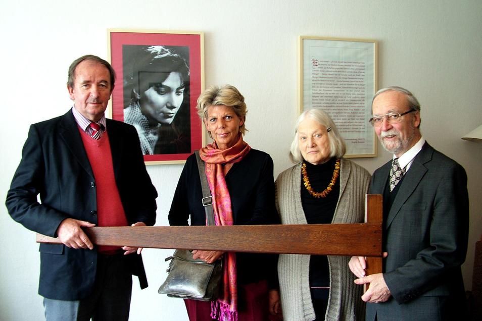 Architekt Jens Ebert (links) besuchte mit seiner Frau Monika im Mai 2014 auch die Brigitte-Reimann-Begegnungsstätte. Gastgeschenk: die Ebenholz-Zeichenschiene von Prof. Richard Paulick. Helene und Martin Schmidt freuten sich über die Gabe.