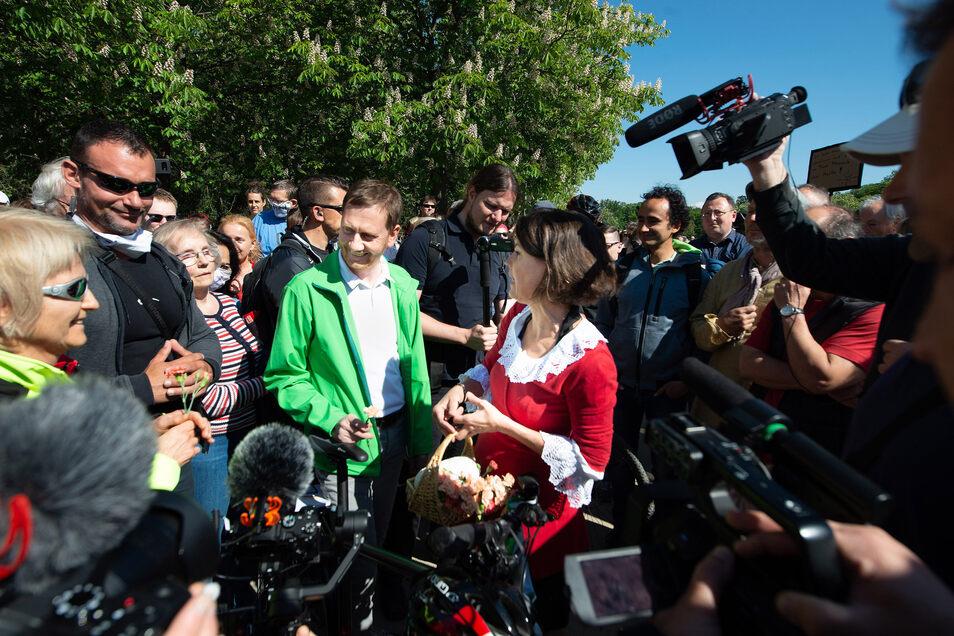 Im Mai traf sich Kretschmer mit Demonstranten im Großen Garten.