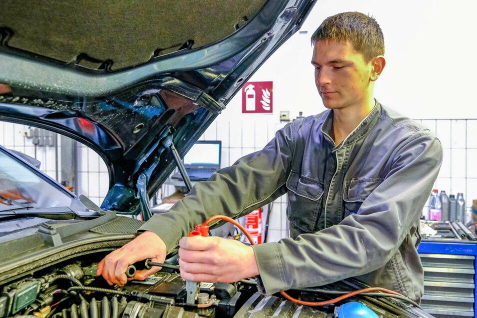 Autobatterie aufladen oder gar wechseln, das muss in diesen Tagen Kfz-Mechatroniker Nathanael Maier vom Autohaus Gommlich viel öfter als sonst tun.