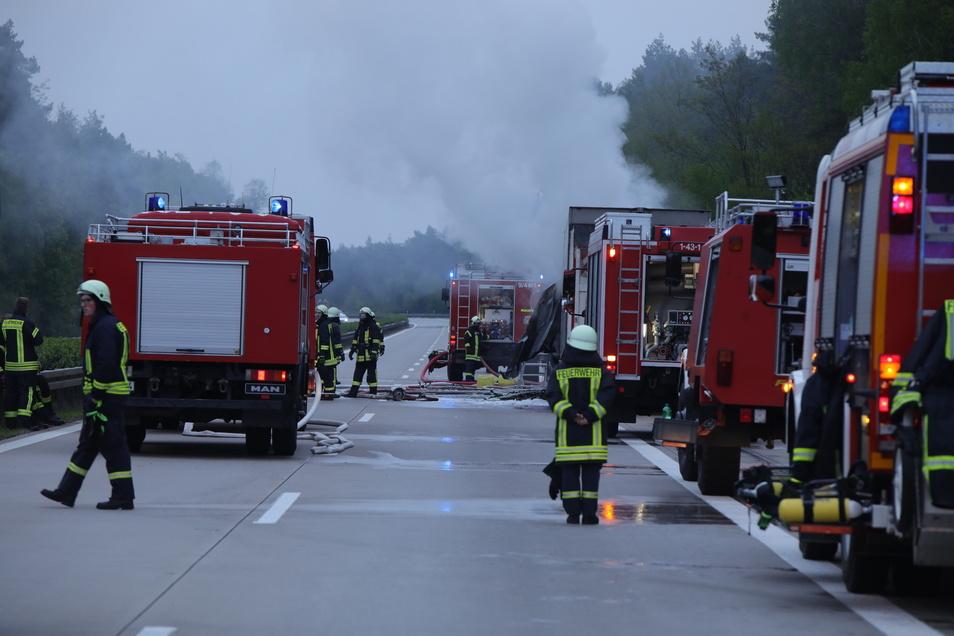 Die Autobahn in Richtung Dresden voll gesperrt wegen der Lösch- und Bergungsarbeiten.