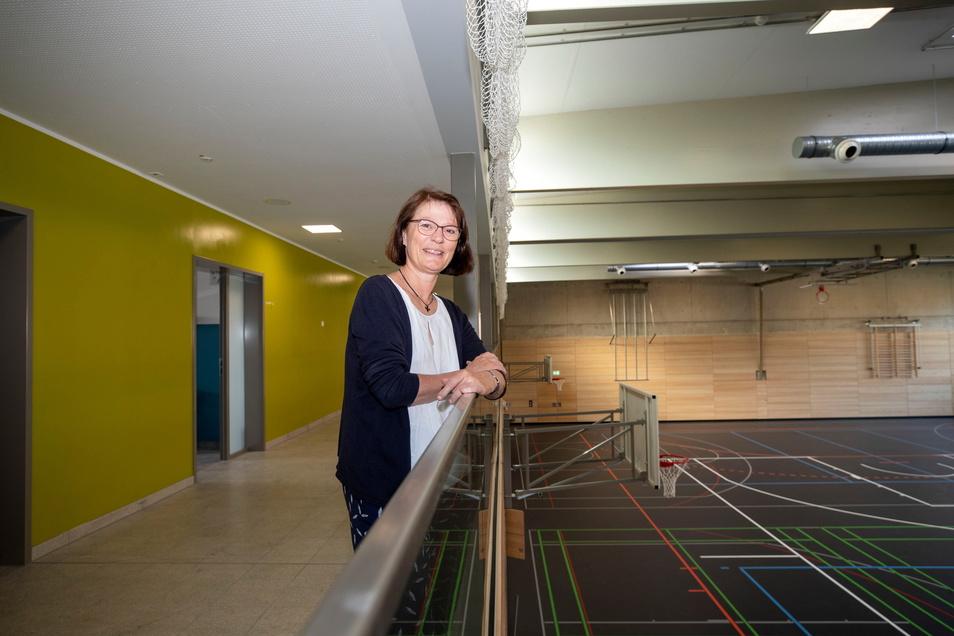 Hedda Feron, Schulleiterin des Evangelischen Schulzentrum Pirna, freut sich über die Fertigstellung der neuen Sporthalle.