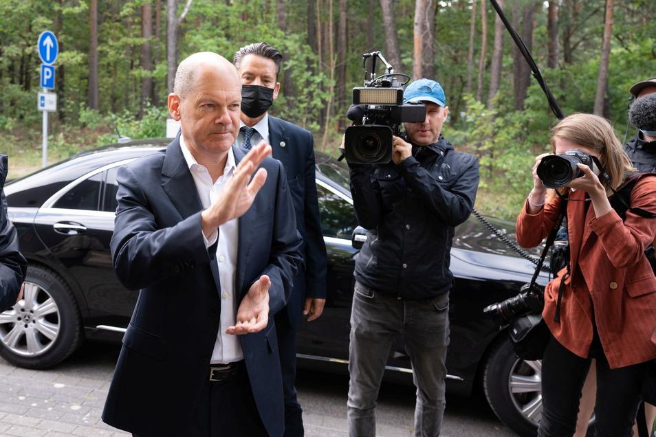 SPD-Kanzlerkandidat nach seiner Ankunft im Familienpark Senftenberger See in Großkoschen.