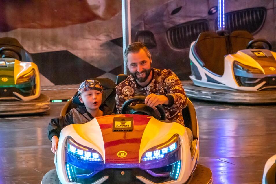 Der Autoscooter ist schon Stammgast beim Stadtfest. Hier probieren Milan und sein Vater Kamil die Gefährte aus.