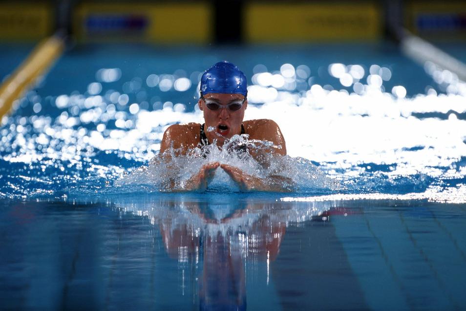 Sylvia Gerasch überrascht immer wieder, nicht nur als Schwimmerin. Die 51-Jährige hat nach ihrer Leistungssport-Karriere im Steuerbüro gearbeitet und beim Berliner Fußballverband.