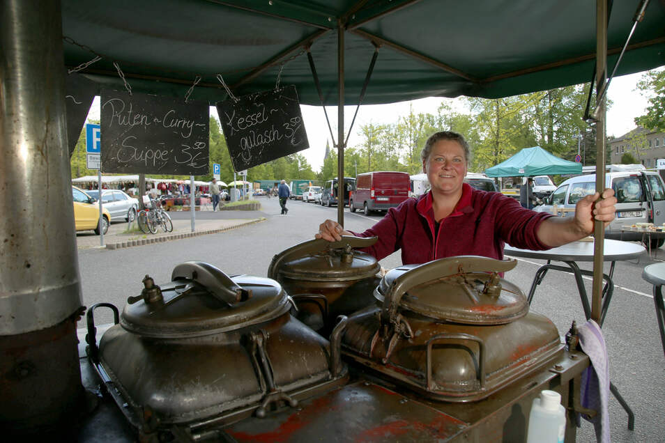Katharina Menzel ist die Marketenderin und verkauft Suppen mit ihrer Gulaschkanone auf den Märkten in Niesky und Görlitz.