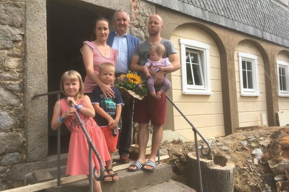 Staatsminister Thomas Schmidt besuchte Janet und Albrecht Wilke und ihre Kinder in ihren Schönbacher Umgebindehaus.