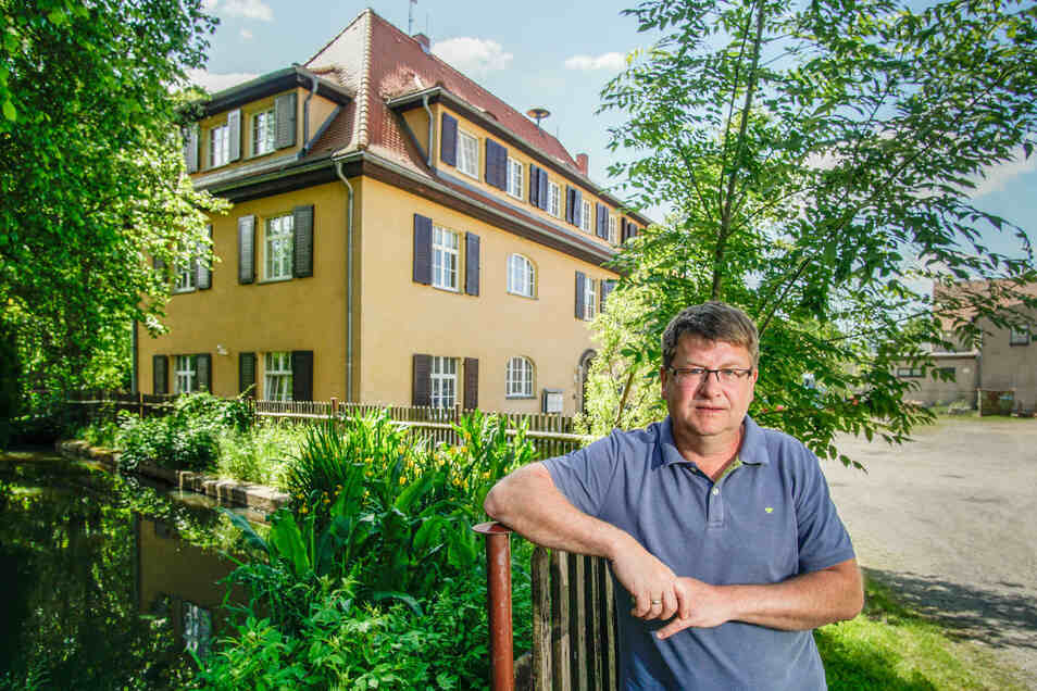Das ehemalige Herrenhaus auf dem Kauppaer Rittergut ist idyllisch gelegen und äußerlich hübsch anzusehen. Aber der Sanierungsrückstau macht Großdubraus Bürgermeister Lutz Mörbe Sorgen.