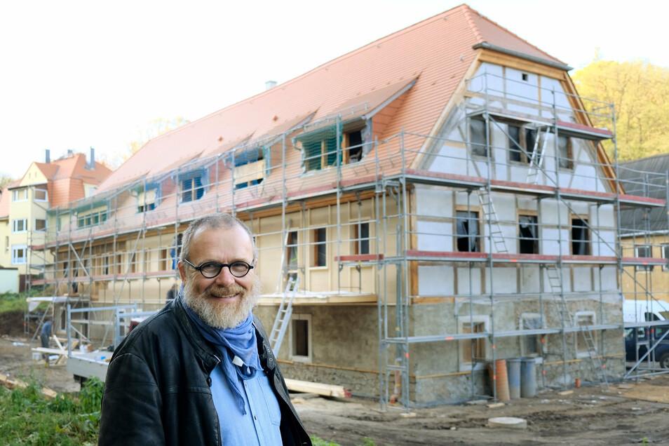 Tom Lauerwald war schon damals stolz: Im November 2019 war das Haus noch komplett eingerüstet, doch innerhalb eines Jahres hat sich viel getan.