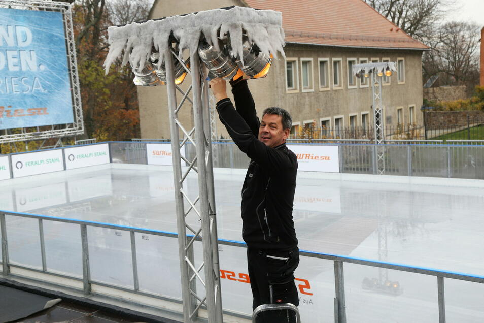 Ein Bild aus dem vergangenen Winter: Im November 2019 machte Torsten Pilz ein paar letzte Handgriffe vor der Eisbahn-Eröffnung. Diese Saison wird es aber nichts mit dem Schlittschuhlaufen am Rathaus.