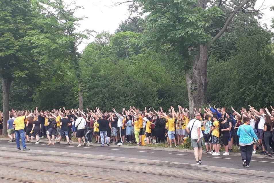 Rund 200, 300 Dynamo-Fans haben sich vor dem Stadion versammelt.