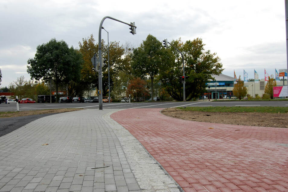 Wer aus Richtung Lausitzbad die Südstraße überquert, findet auf der WK-V-Seite nun keine Stolperfallen mehr. Der anschließende Weg (links) ist nun dran.