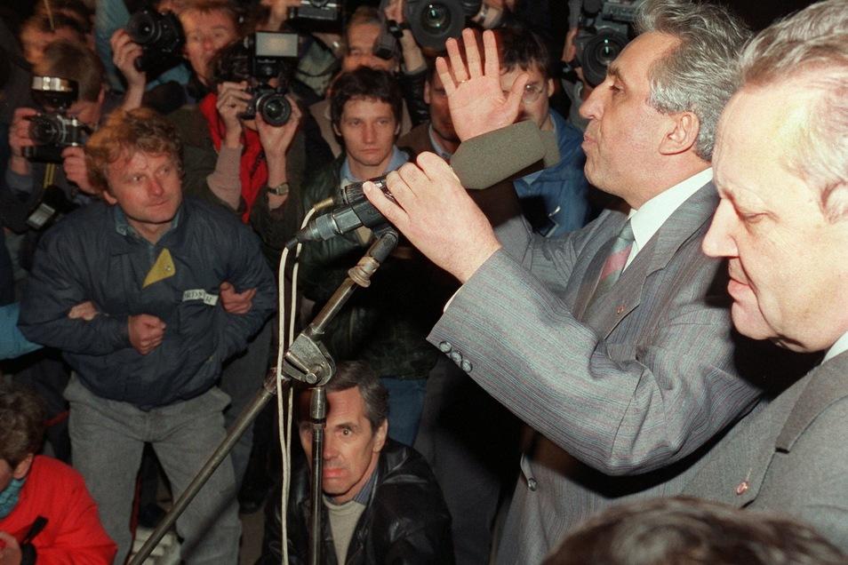 Der Staats- und Parteichef der DDR, Egon Krenz (2.v.r.) gibt am 8. November 1989 vor dem ZK-Gebäude in Ost-Berlin die Namen der neugewählten Politbüro-Mitglieder bekannt. Rechts SED-Generalsekretär im Bezirk Berlin, Günter Schabowski.
