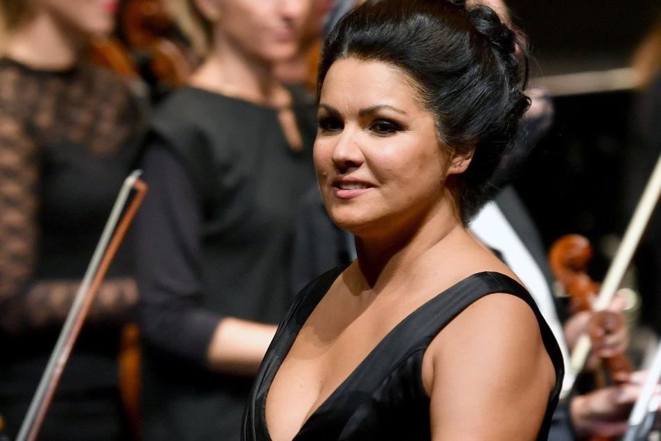 Opernstar Anna Netrebko ist wegen einer durch das Coronavirus ausgelösten Lungenentzündung im Krankenhaus.