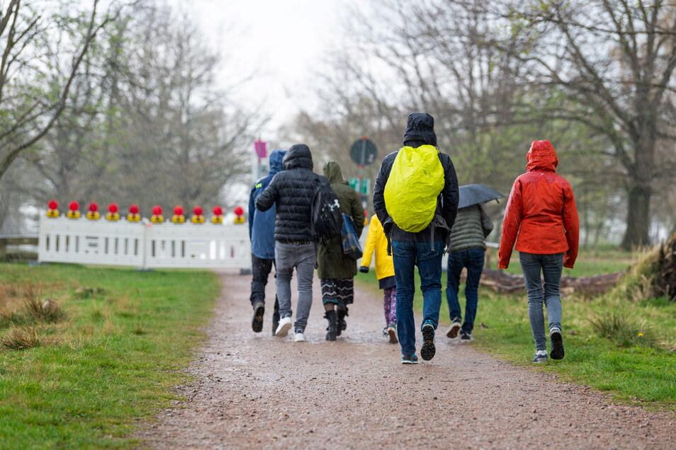 Kein gemütlicher Sonntags-Spaziergang: In Sachsen regnet es verbreitet.