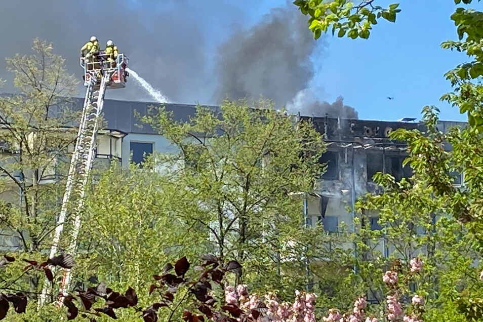 Der schwarze Rauch des Brandes in Prohlis war weit zu sehen.