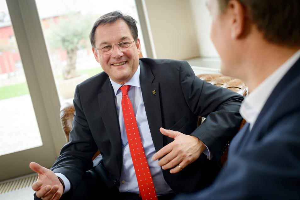 Heinz Martin Esser ist seit 2009 Vorstandsvorsitzender des Branchenverbands Silicon Saxony e.V. in Dresden. Das Hightech-Netzwerk hat rund 350 Mitglieder, darunter Chipfabriken, Softwarefirmen und Anlagenbauer.
