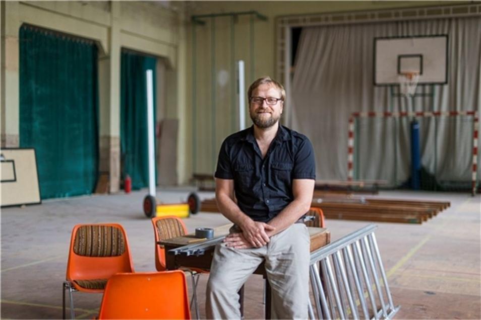 """Im Sommer 2015 saß er zufrieden in der Turnhalle des """"Tivoli"""". Damals hatte seine Gemeinde das Haus gekauft."""