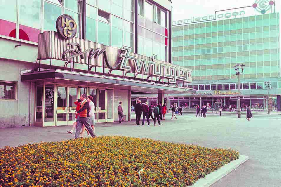 Das Gebäude am Dresdner Postplatz gegenüber der HO-Gaststätte Am Zwinger trug zu DDR-Zeiten den Schriftzug Komplette Chemieanlagen, nach der Wende dann Linde – bis zum Abriss.