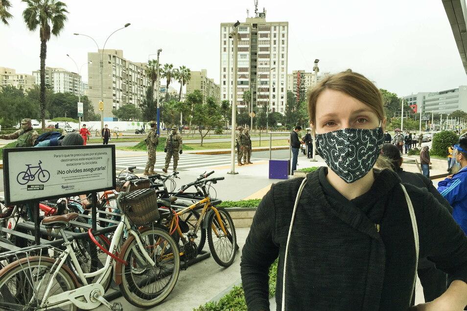 Das Foto zeigt Daniela Schröter aus Görlitz-Schlauroth beim Einkauf in Zeiten von Corona in der peruanischen Hauptstadt Lima. Überall stehen Uniformierte mit Waffen.