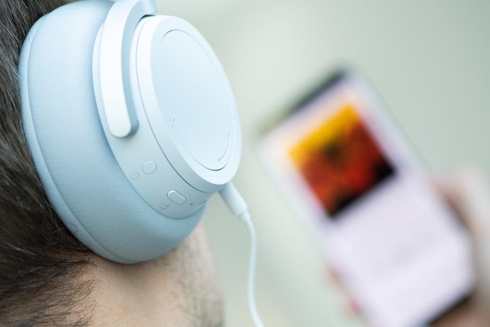 Mehr als jeder Vierte in Deutschland hört einer Umfrage zufolge Podcasts.