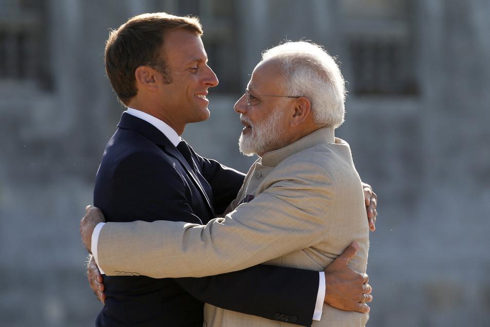 Emmanuel Macron (l), Präsident von Frankreich, begrüßt Narendra Modi, Premierminister von Indien, vor einem Treffen im Schloss Chantilly.