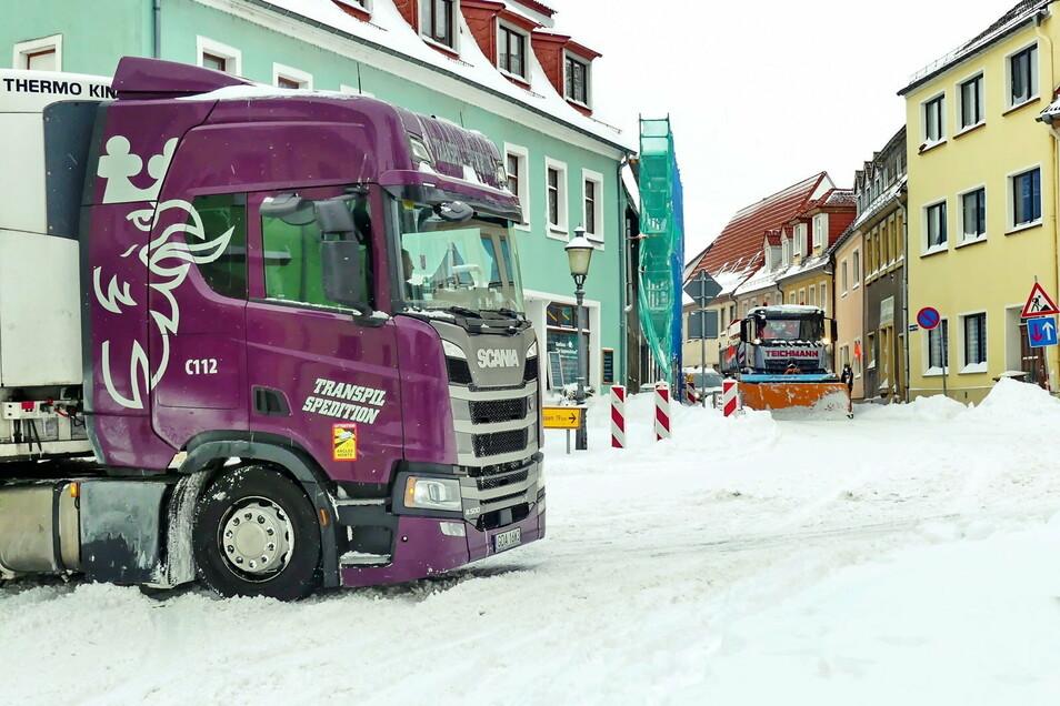 Für den Winterdienst in Lommatzsch ging es hier erst einmal nicht weiter , weil sich ein Sattelzug in der Kurve am Meißner Platz festgefahren hatte.