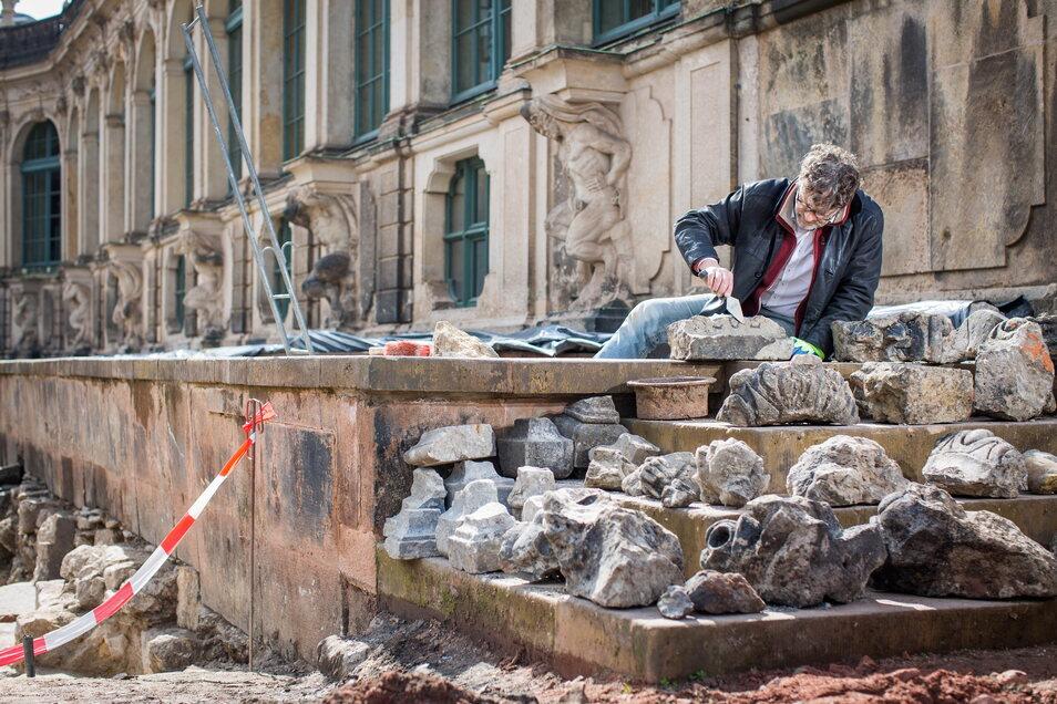 Archäologe und Bauforscher Olbrich vor zahlreichen Fundstücken, die im Untergrund entdeckt wurden.