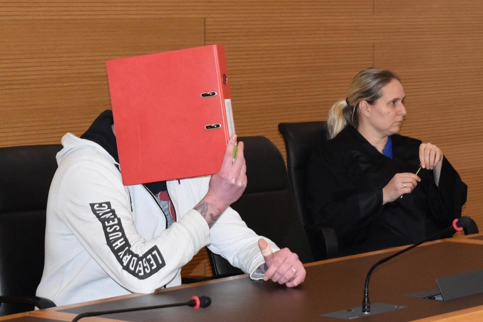Sebastian T. verbirgt sein Gesicht vor den Fotografen. Er ist zur Verhandlung mit seiner Anwältin erschienen.